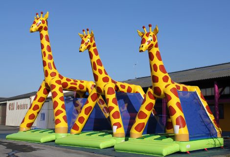 GIRAFE AVEC OBSTACLES 6x5m GONFLABLE