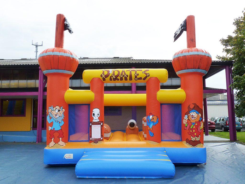matelas gonflable pour les petits pirates jeu pour les parcs de jeux d 39 int rieur. Black Bedroom Furniture Sets. Home Design Ideas
