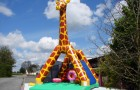 Structure gonflable ludique la Grande girafe avec obstacles