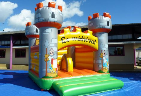 CHATEAU MEDIEVAL AVEC OBSTACLES 6x5m GONFLABLE