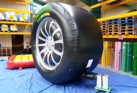pneu roue gonflable pour publicit et expo dans les garages automobiles. Black Bedroom Furniture Sets. Home Design Ideas