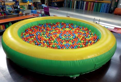 Jeu gonflable a vendre pour les enfants avec plongeon dans for Boules pour piscine
